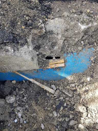 Impresa trancia la condotta Menta e la copre con il cemento 97 383x510